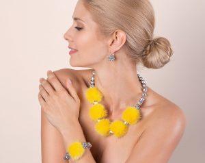 Pravé kožušiny ako luxusný šperk, žlté