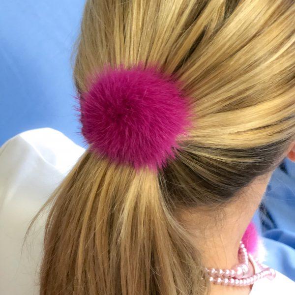 Fuchsiová gumička do vlasov s norkou