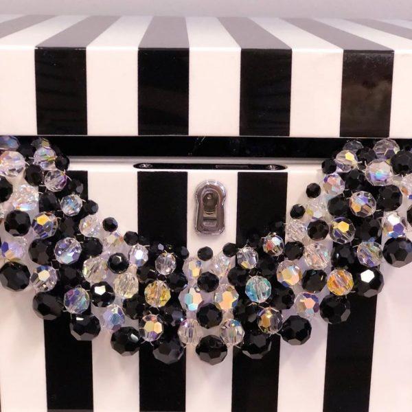 Audrey nahrdelnik z ciernych a bielych kristalov sedemradovy